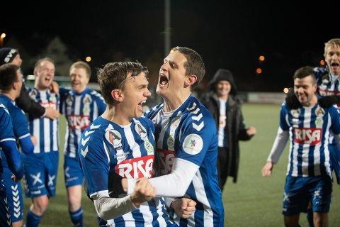 JUBEL: Det var ellevill jubel hos Nærbø-spillerne, da de sikret plassen i 4 divisjon i fjor. Nå er terminlisten for 2020 endelig klar.