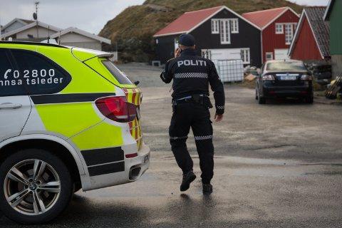 ØLBERG: Politiet sperret onsdag av et område ved Ølberg kai, hvor de etter hvert hentet opp bilen til avdøde fra vannet.