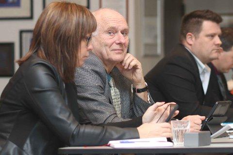 KRITISK: Kolbjørn Sandve (SV) meiner investeringane i Klepp blir så høge at det på sikt kjem til å gå ut over tenestetilbodet. Ved sida av han sit Dina Friestad (MDG), og bak til høgre Raymond Kråkenes (Frp).