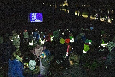 GODT OPPMØTE: Flere hundre samlet seg foran kinolerretet i skogen onsdag kveld.