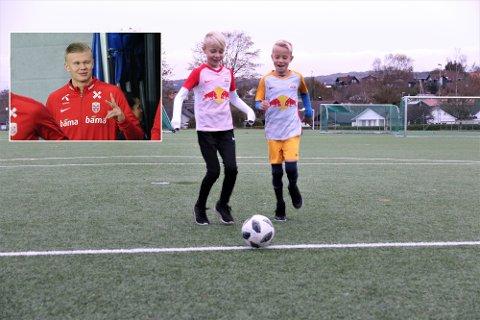 Torjus Johansen (t.h.) og Georg Pollestad skaffet seg Salzburg-drakter tidligere i høst. Med litt drahjelp fra deres store forbilde, Erling Braut Haaland , blir det kanskje større boltreplass på sikt for Rosseland BKs mer enn 400 fotballsparkende medlemmer i aldersgruppen 5-12 år.