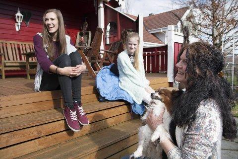 DYREVENNAR: Hjå Monika Nygård (f.v.), Sirianna Nygård og Anne Nygård bur det både hundar, kattar, fiskar, hestar og ein kanin. Klar det var plass til ein ekstra hund medan dei venta på å finna eigarane.
