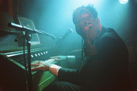 IKKJE PÅ PROGRAMMET LENGER: Igor Devolds film som er blitt kalla «ei gåvepakke til fansen», handlar om den gassmaskekledde Kaizers-organisten Helge Risa.