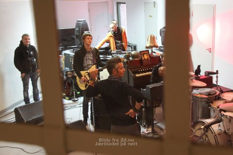 Kaizers Orchestra under lydprøvane i Åna fengsel før konserten fredag kveld.