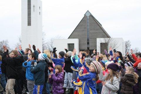 DANSEGLEDE: Mange hundre møtte laurdag fram til området ved Undheim kapell for å dansa.