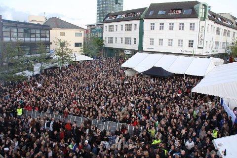 Det var trongt om plassen på Bryne torg under konserten med Kaizers orchestra laurdag kveld.