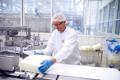 JARLSBERG: Trygve Skjæveland kontrollerer at osten går riktig inn i pakkemaskina.