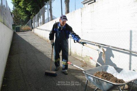 GODE VENNER: Johannes Husveg seier det er både sosialt og gøy når ryddegjengen samlast på Varhaug.