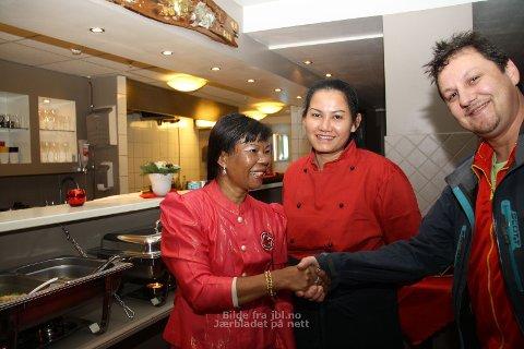 Miguel Stangeland var første gjest hjå Nong Thai Restaurant på Bryne. Supornthip Tjensvold (til venstre) eig restauranten, Suwaree Pollestad er kokk.