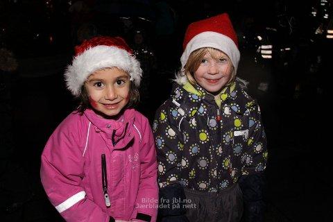 Vanessa Isabell Sunbotten (t.v) og Live Hobberstad er klare for jul.
