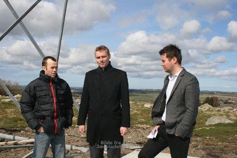 På jordet: Det blåser godt når Statsråd Ola Borten Moe og Geir Pollestad er hos bonde Svein Ove risa for å se på vindmøllen som snart er oppe og går.