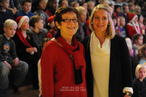TAKKNEMLIG: Ida Jaarvik Hetland (t.h.) er takknemlig for Bryne-elevenes store giverglede. Her med rektor Berit Ree Magnussen.