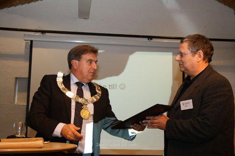 Hans Ree, representant for Torjå AS, fekk Byutviklingsprisen av ordførar Reinert Kverneland (til venstre).