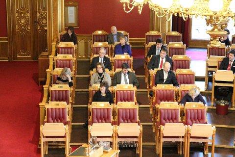 ERNA OG GEIR: Erna Solberg (i blå drakt, midt i bildet), har tatt plass på Rogalandsbenken og Geir Pollestad (t.h.).