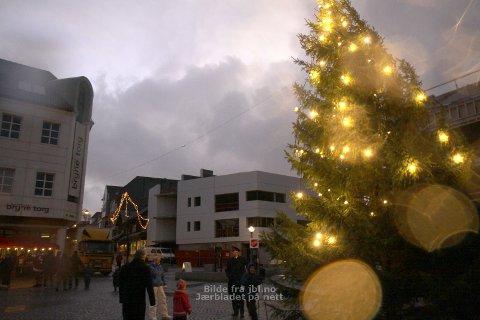 Vinden reiv godt i julegrana på Bryne torg.