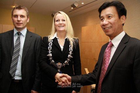 Frå venstre: Trygve Martinsen, viseadministrerande direktør ved plogfabrikken, og ordførar Ane Mari Braut Nese saman med Ta Van Thong, ambassadør i Vietnam.