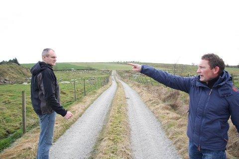 VED GODT MOT: Grunneigarane Odd Grødem (til venstre) og Idar Egeland trur politikarane går imot rådet frå rådmannen og seier ja til dei fire vindmøllene på Fotland.