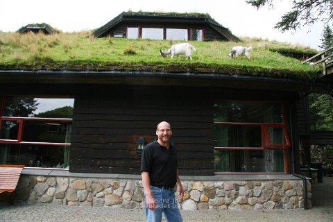 IDYLL: Steffen Torgersen er ny dagleg leiar på Holmavatn. Her står han utanfor ein av bygningane som har fått besøk av eit par unge geiter.