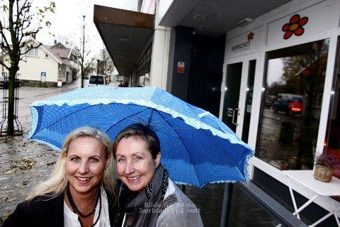 BYUTVIKLERE: Eierne av Kjøkkenet, Ewa Sophia Edbäck og Kari Haug Hansen, hedres for å utvikle Bryne som by. (Foto: Nina Kalvatn Opsahl)