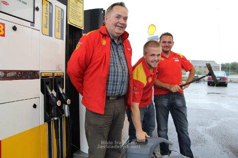 PÅFYLL: Arne Nilsen (f.v.) Thomas Sele og Stig Arne Nilsen trives godt med å gi påfyll til kundene som stikker innom den populære bensinstasjonen.