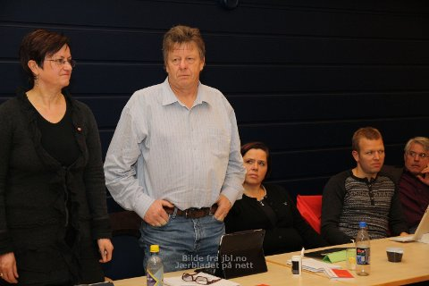 SPLITTA AP-GRUPPE: Ståande: Anne Brit Ree og Odbjørn Fosse, sitjande Eli Anne R. Høgenes og Trond Espen Sundby. Til høgre: Michael Evans (SV)