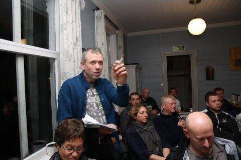 FOLKEMØTE: Jone Lende er ein av mange som er skeptiske til vindkraftverket som er planlagt på Fotland.