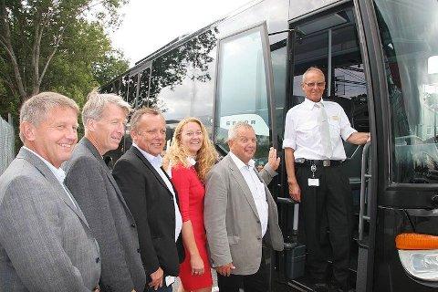 SKEPTISK: Allerede da han var med Jaerlines på første prøvetur i sommer, var Hå-ordfører Mons Skrettingland misfornøyd med den ene avgangen fra Nærbø. Fra høyre Mons Skretting, håordfører, Ina El døy, kommersiell sjef i Avinor på Sola, Svein Svimbil, direktør i Rogaland Taxi, Dag Brekkan. markedsansvarlig i NSB og Odd Aksland, direktør i Kolumbus.(Arkivfoto: Steinar Sandvik)