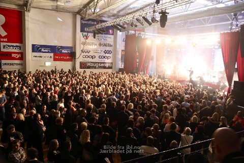 FULLE HUS:  Kaizers Orchestra har solgt ut tre konserter i DNB Arena i september. Her fra konserten i Nye Loen nylig.