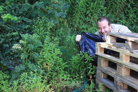 LUR: John Fossmark ligg i skjul og ventar på nokon. Kven ventar han på? Det kan du lese i Garborgs galningar.(Foto: Garborgsenteret)