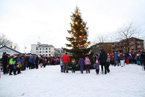 Frå tenninga av julegrana på Nærbø torg sundag ettermiddag.
