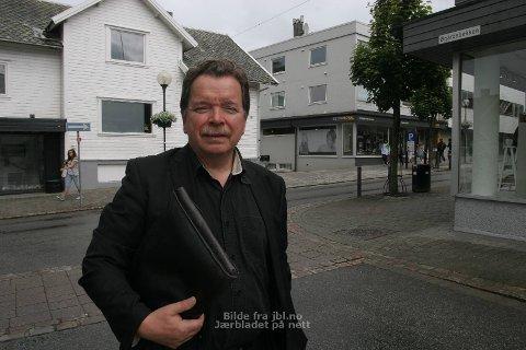 MÅ HA AVKLARING: Skal Øgårdsbakken forlengast rett fram til Lauritz Bellesensgate betyr det at Mallonhuset må rivast. John-Egel Hatlevik vil gjerne vita kva planar kommunen har.