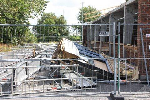 OMFATTENDE HÆRVERK: Både stillas og langvegg i svømmehallen ved Orre skule ble løsna og velta ut på skoleplassen i fjor sommer.
