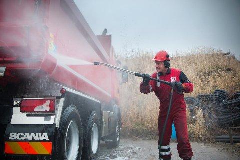 JULEVASKEN: Det flottaste bildet han ser er ein rein bil med rein reklame, og for å vedlikehalda lastebilen best mogleg, vaskar Ingar Kvia den kvar dag.