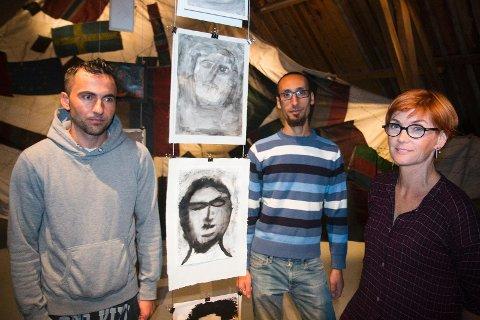 FRAMSYNING: Amir Seyd Ali (f.v.) og Hani Salloum har teikna desse bilda. Dei synest både det er spanande og skummelt at folk skal koma å sjå på kunsten deira. Kunstnar Lise Bjørne Linnert er stolt av kva dei har fått til saman.