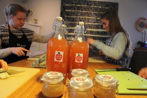 Elevbedriften «Eplehagen» produserer både saft syltetøy og eplekaker.