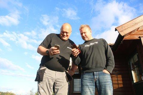 DÅRLEG DEKNING: Nils Arne Fosse og Jan Jonassen samanliknar dekningsforholda på Skjæret i Time. Ingen av dei har sjans til å føra ein skikkeleg samtale i mobil.