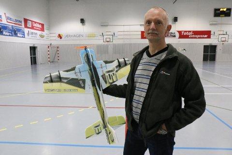 meir engasjement: Bjørn Lende vil byggja eit miljø rundt RC-fly i Orstadhuset. Klubben trener her kvar laurdag, så framt det ikkje er turneringar eller liknande i hallen.