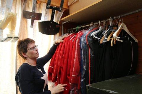 Elise Wefring Fosse, leiar i Undheim og Eikeland skulekorps, synes det er trist at alle uniformane nå heng ubrukte i garderobane.