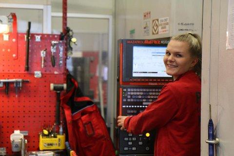 LÆRLING: Ingrid Hove er lærling i cnc-faget hjå Aarbakke AS. Ho stortrivst. Aarbakke har tok inn 17 lærlingar i 2017.