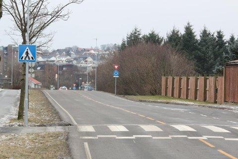 På vestsida av Jærvegen, like sør for bustadfeltet Kleppeholen (til høgre i bildet), vil Klepp-rådmannen plassera den mykje omtalte barne- og avlastningsbustaden. (Arkivfoto: Åge Bjørnevik)