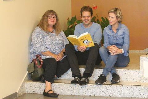 SKRIVEBOK: Lærerne Heidi Strand Harboe (f.v.), Thomas Braut og Mari Lura Elvedahl jobber på Bryne skule og ga nylig ut ei bok som skal stimulere og fremme skriveglede.