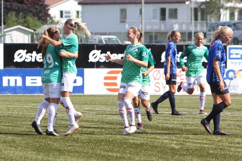 Hege Hansen (nr. 19) feirer sin 2-0 scoring sammen med Gry Tofte Ims. Elisabeth Terland, Tameka Butt (delvis skjult) og Lena Soleng Hansen vil være med på feiringen.