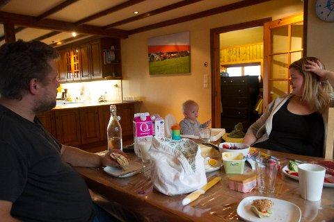 Jan Ove Hole og Sunniva Malmin prøver å samla flokka og eta måltida i lag, saman med Olai (7 mnd.) og Malin (6) og Regine (5), når dei er hjå faren.