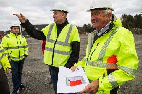 Frank Solås (tv.) i Norsk Stål og Per Steinar Lothe i Kverneland næringspark er fornøgde med at bygginga av lageret nå er i gong. Bak står Christer Olsen.