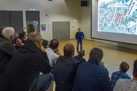 Byggjeleiar Jan Sørheim i Novaform fortel dei oppmøtte om graveplanane for 2019, og oppfordrar dei til å ringja om noko er i vegen.