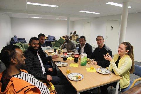 KURDISK MIDDAG: Taxisjåførene i Jæren Maxitaxi forbereder seg til norskkurs med kurdisk middag. Fra venstre: Abdulqadiar Abdullahi, Majed al Hussain, Khalid Sulaiman, Abdi Rahaman Alishoble, Reebar Khalid og Jannicke Wiig.