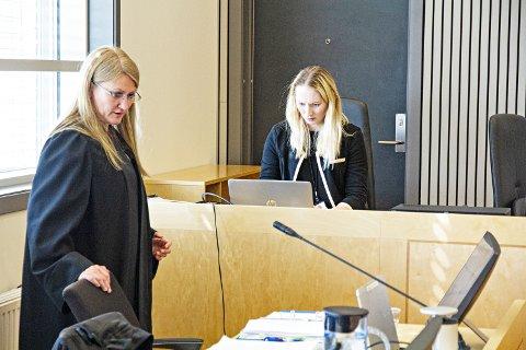 MYKJE VIDEO: Statsadvokat Nina Grande (t.v.) brukte mesteparten av torsdagen i retten til å spela av videoopptak frå avhøyr. Her saman med politietterforskar Therese Stenlund, som er med som medhjelpar for Grande.