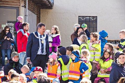 GOD TONE: Ordførar Reinert Kverneland tok seg tid til ein prat med barnehagebarna før opningsseremonien. Klikk på høgrepila for å sjå fleire bilde frå Jærdagen.