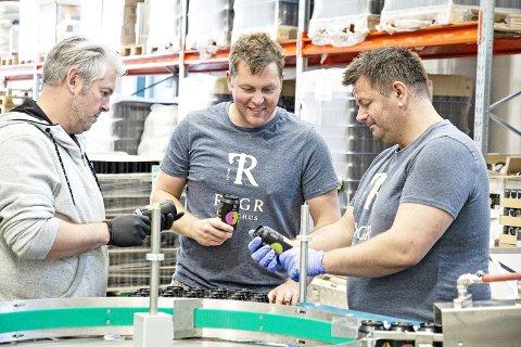 RYGR: Atle Abel Salvesen (t.v.), Øyvind Tveit og Sven Fløysvik tapper øl på boks i produksjonshallen til Rygr Brygghus.