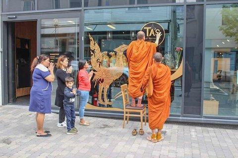 STORFINT BESØK: Måndag 27. mai var munkar på besøk for å innvia restauranten.